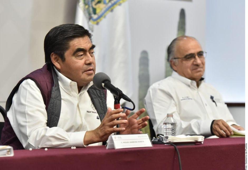 """Coronavirus: """"Los pobres estamos inmunes"""", dijo gobernador de Puebla y tose en conferencia"""