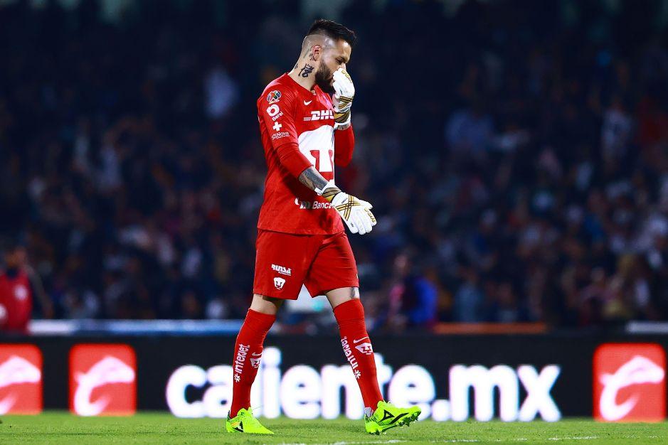 ¿El peor portero de la historia? Alfredo Saldívar acaba con la paciencia de los aficionados de Pumas
