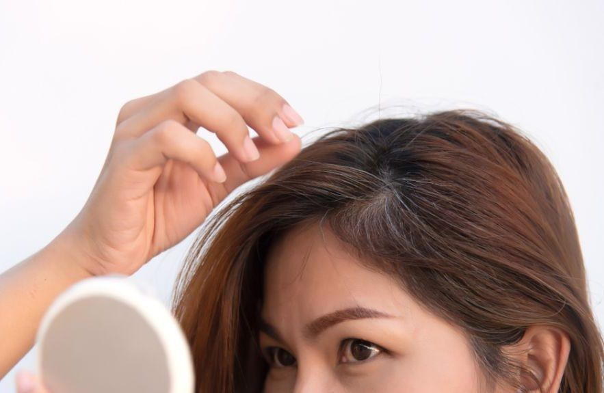 ¿Tienes canas y crecimiento en el cabello? Si no puedes ir al salón usa estos productos en tu casa