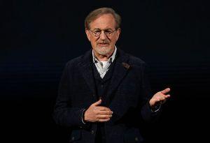 ¡Ahora Sí! Hija de Spielberg, Mikaela, se lo quitó todo y tapó sus senos con sus manos