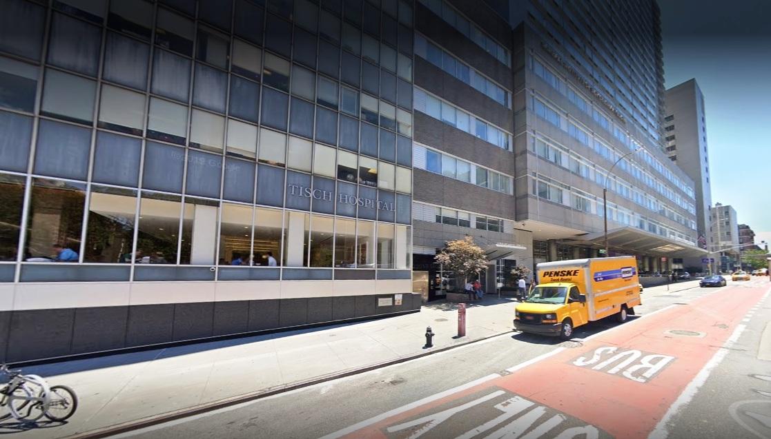 Adelantan graduaciones de médicos por escasez de personal hospitalario en Nueva York
