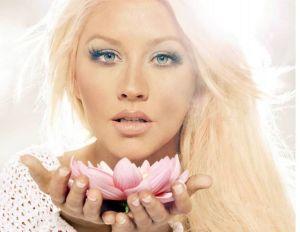 El escotazo de Christina Aguilera con el que regaló pecaminosa vista de sus atributos sin sostén