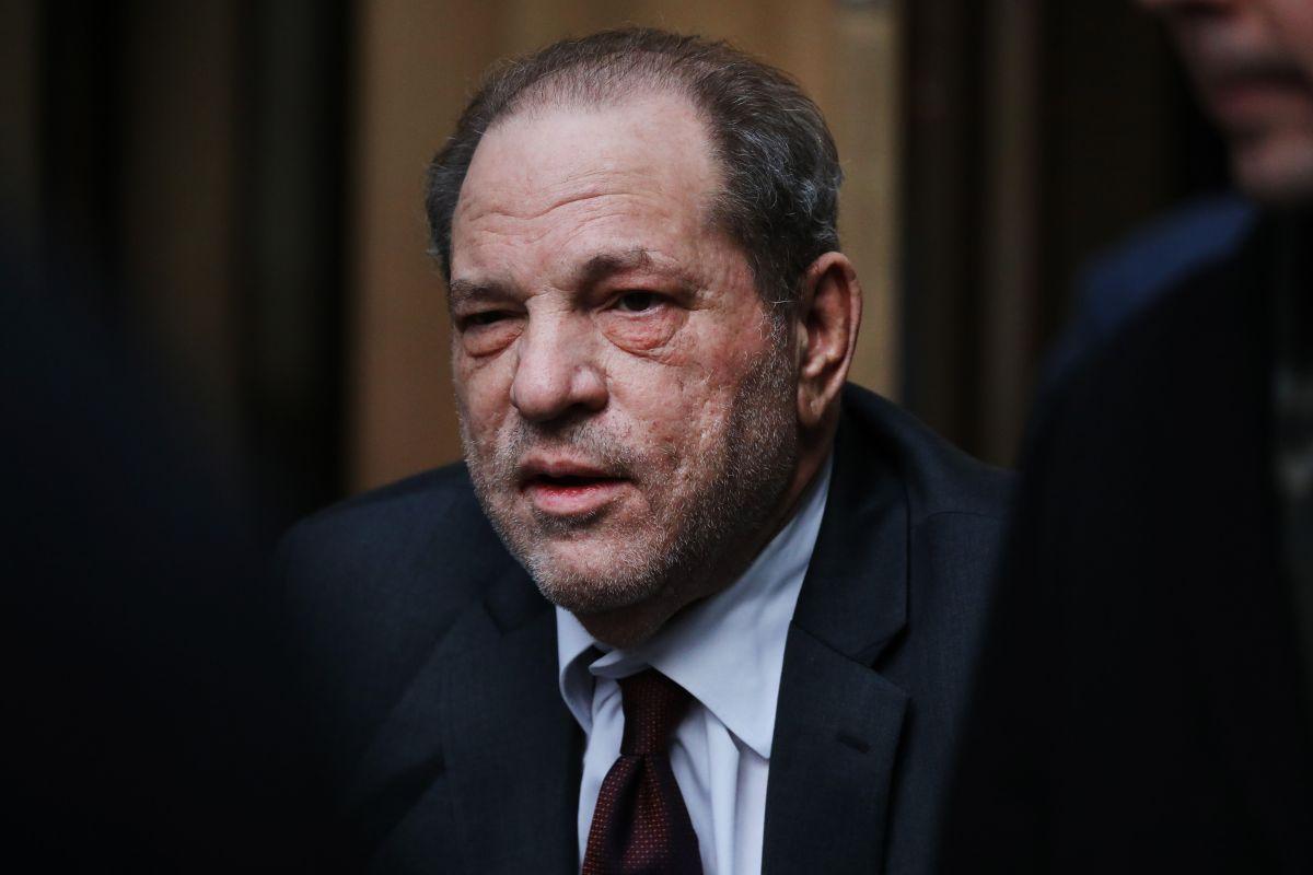 Convicto ex rey de Hollywood Harvey Weinstein fue extraditado de Nueva York a California para nuevo juicio por abuso de mujeres