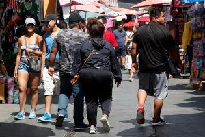 Residentes de los barrios latinos de Los Ángeles tienen menos probabilidades de recibir ayuda por el coronavirus