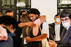 """""""Ronaldinho fue siempre amable y respetuoso"""": El comisario que lo cuidaba habló del paso del astro por la prisión"""