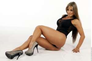 Esperanza Gómez cubre su desnudez sólo con una delicada bata