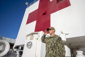 Tripulante del buque hospital USNS Mercy anclado en L.A. da positivo por coronavirus