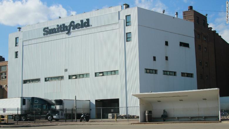 Multas de $30,000 para dos procesadoras de carne donde murieron trabajadores por COVID-19