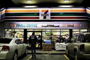 Dueño de una tienda 7-Eleven enfrenta cárcel y multa millonaria por emplear a indocumentados