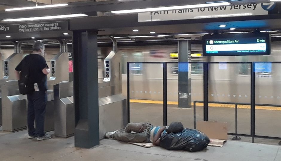 """El Metro de Nueva York está """"asqueroso"""", admite el gobernador; alcalde pide cerrar estaciones para bajar invasión de desamparados"""