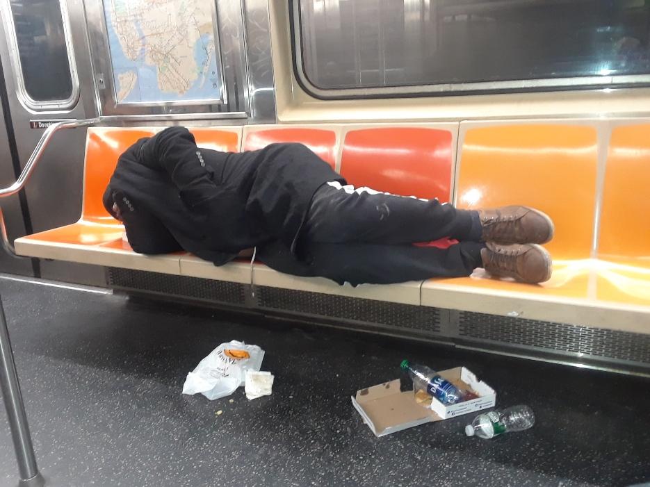 El virus arrecia infierno en el Metro de Nueva York: 55% aumentan robos entre pocos pasajeros pagando y más desamparados durmiendo