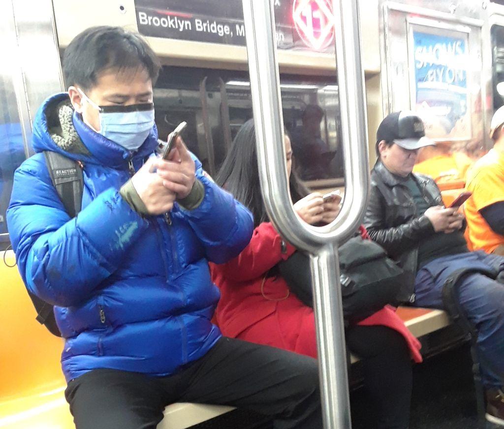 Hasta 72 horas puede sobrevivir el virus en el Metro y buses, advierte gobernador de Nueva York