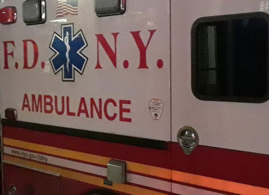 Conductora murió al estrellarse contra edificio en Queens: auto en llamas