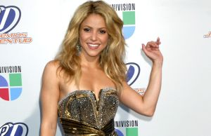 Con 44 años de edad Shakira aparece en Instagram vestida como una colegiala en minifalda