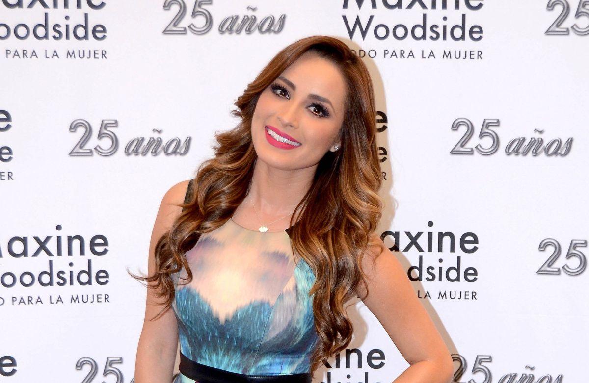 Cynthia Rodríguez, la novia de Carlos Rivera luce cuerpazo en diminuto bikini rojo