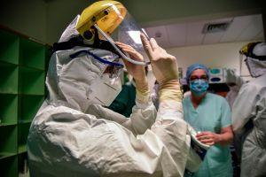 """Pareja de doctores celebran """"boda virtual"""" al interior de hospital en Carolina del Norte"""