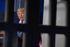 """Trump insiste en que va a """"abrir el país antes de lo que la gente piensa"""". Fauci explica cómo será"""