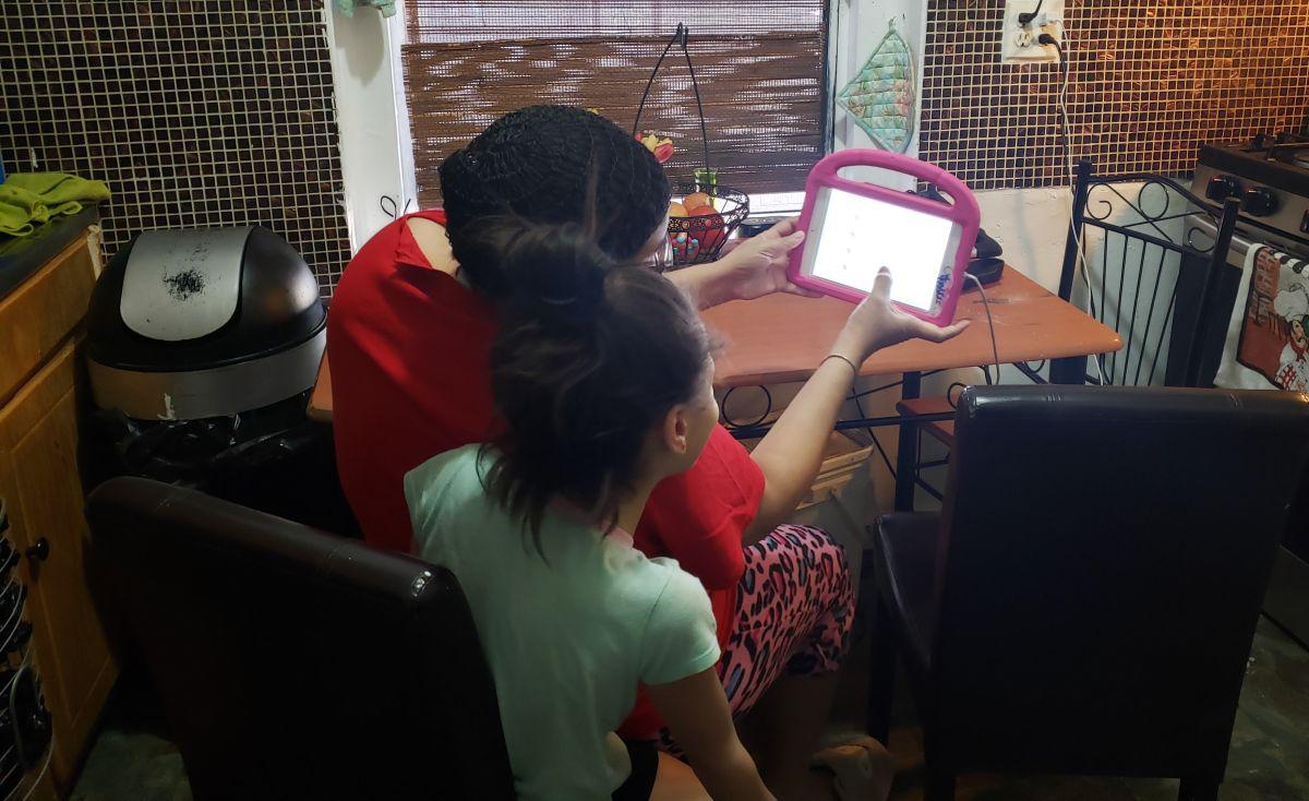 Clases online han sido una asignatura complicada para familias hispanas de NYC con inglés limitado