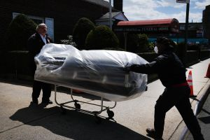 Proponen ley en NY para ayudar a indocumentados a enterrar a sus muertos por coronavirus