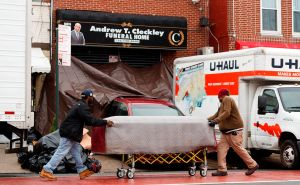 """Alcalde De Blasio llama """"abominable"""" el caso de cadáveres hallados en camiones en Brooklyn"""