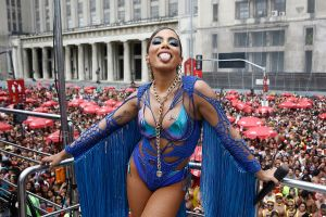Minivestido y transparencias, el sensual homenaje de Anitta a Kim Kardashian