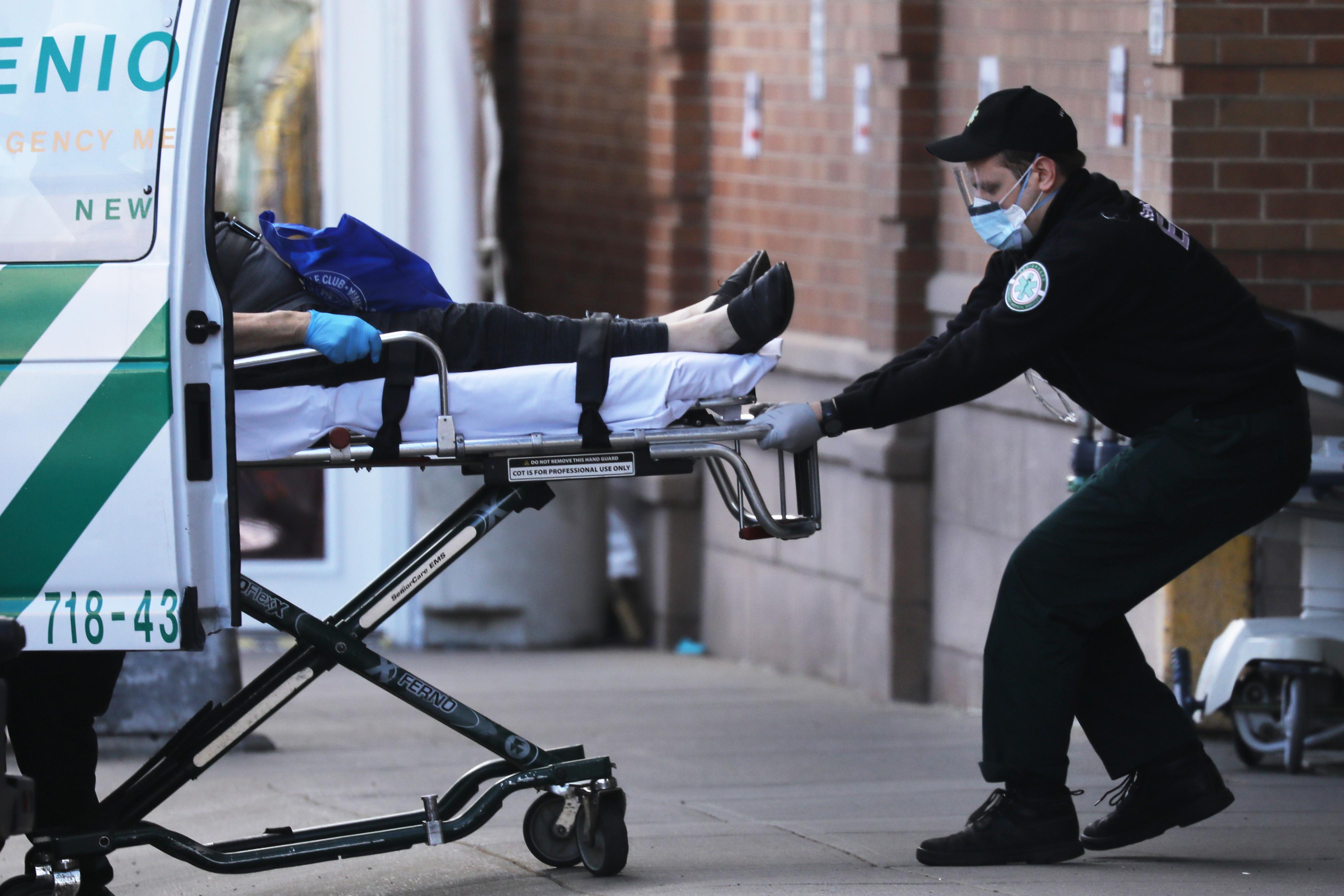 Un paciente es trasladado en el Centro Médico Maimonides de Brooklyn, Nueva York.