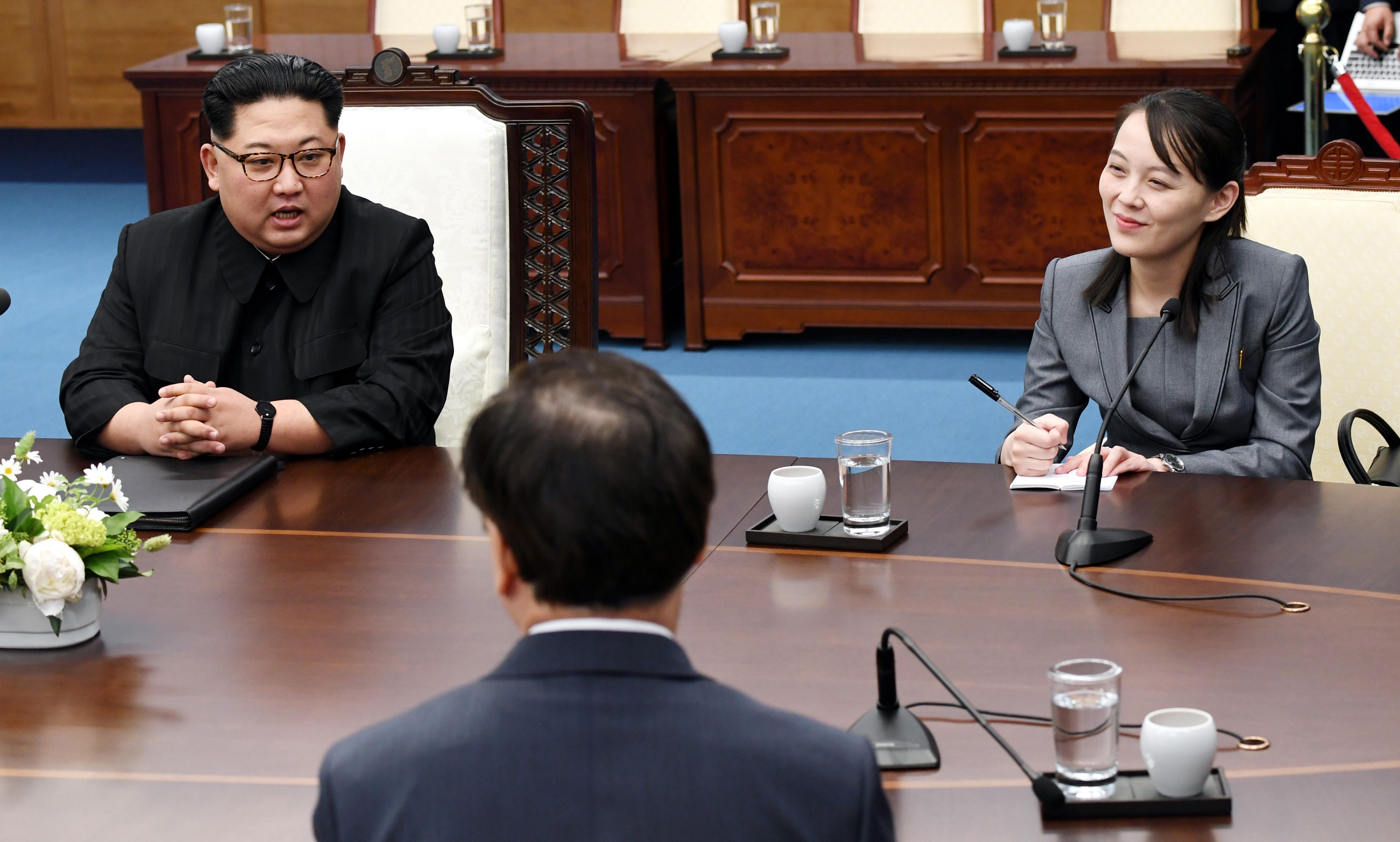 Kim Yo Jong (derecha) ya tiene mucha influencia en la política de Corea del Norte.