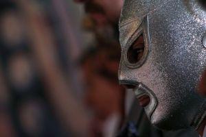 Ingenio mexicano: Cubrebocas con diseños de máscaras de luchadores para afrontar la crisis