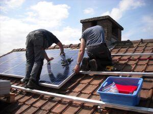 ¿Quieres ahorrar en gastos de electricidad? Home Depot aconseja cómo instalar un sistema de paneles solares en tu casa
