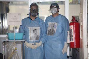 La noble labor de médicos mexicanos para comunicar a pacientes con coronavirus con sus familias