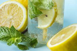 Prepara refrescantes aguas con frutas y hierbas, ¡deliciosas y con beneficios a tu salud!