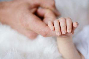 Bebé de un mes de nacida se debate entre la vida y la muerte por un disparo en el pecho