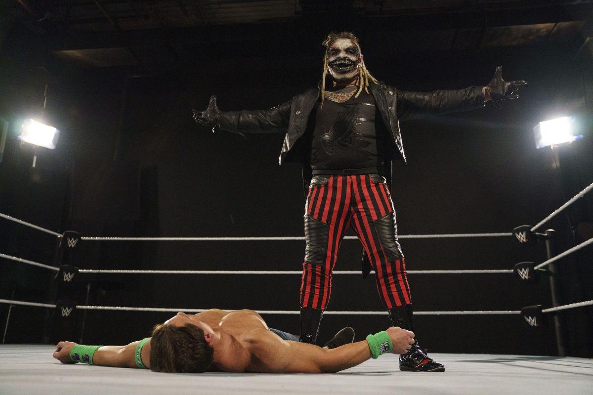 Durante el combate, John Cena pasó por las etapas que ha tenido dentro de la empresa.