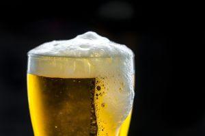 Beber alcohol no cura el COVID-19, aumenta los riesgos de adquirirlo, advierte la OMS