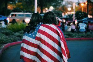 Rescatan himno de Estados Unidos en español para apoyar a trabajadores latinos