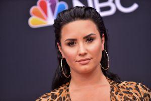 Demi Lovato regresa a modelar ropa deportiva, y presume sus curvas en ajustados leggings