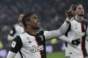 Jugador de la Juventus entrega despensas a personas en Brasil junto a su novia