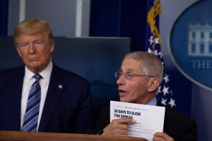 "Trump ve ""luz al final del túnel"", pero el doctor Fauci puntualiza el optimismo del presidente"