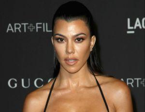 Kourtney Kardashian casi en topless y con una chamarra a medio poner