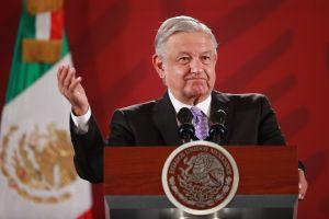 """López Obrador improvisó un sentido homenaje a Óscar Chávez en plena """"mañanera"""""""