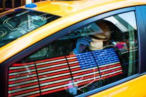 """Balas perdidas dieron la """"bienvenida"""" a una turista dentro de un taxi en Nueva York"""