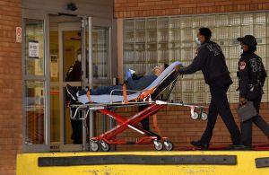 Podrías pagar hasta $75,000 dólares en caso de ser hospitalizado por COVID-19 y no tener seguro médico