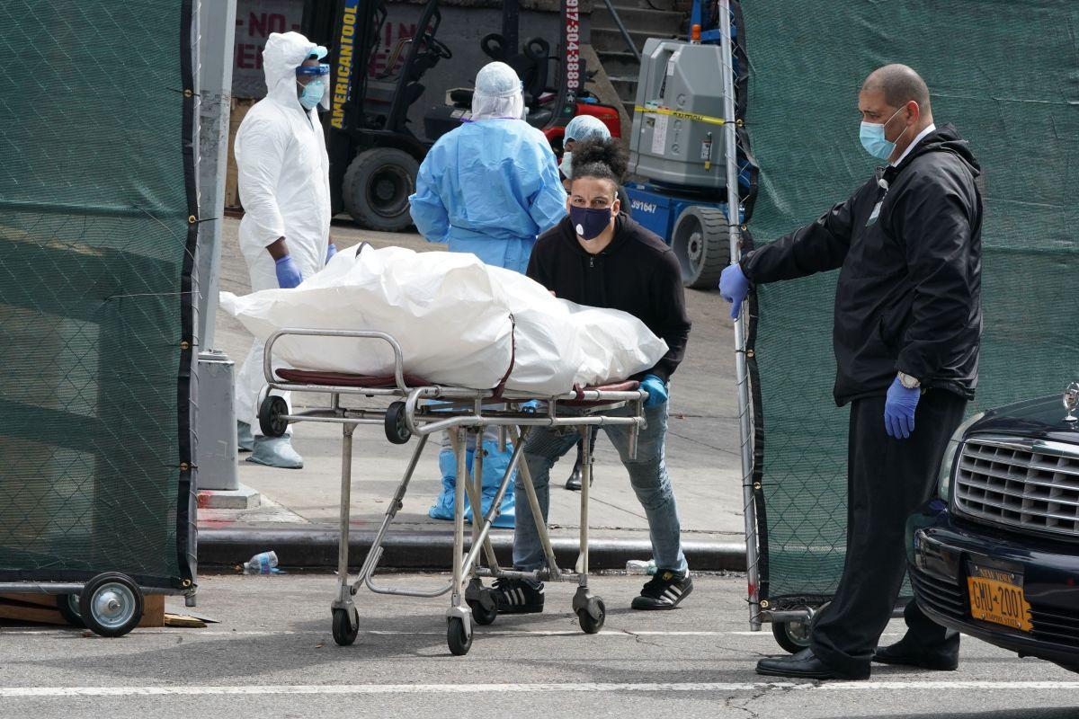 Un cadáver es sacado de un hospital en Brooklyn.