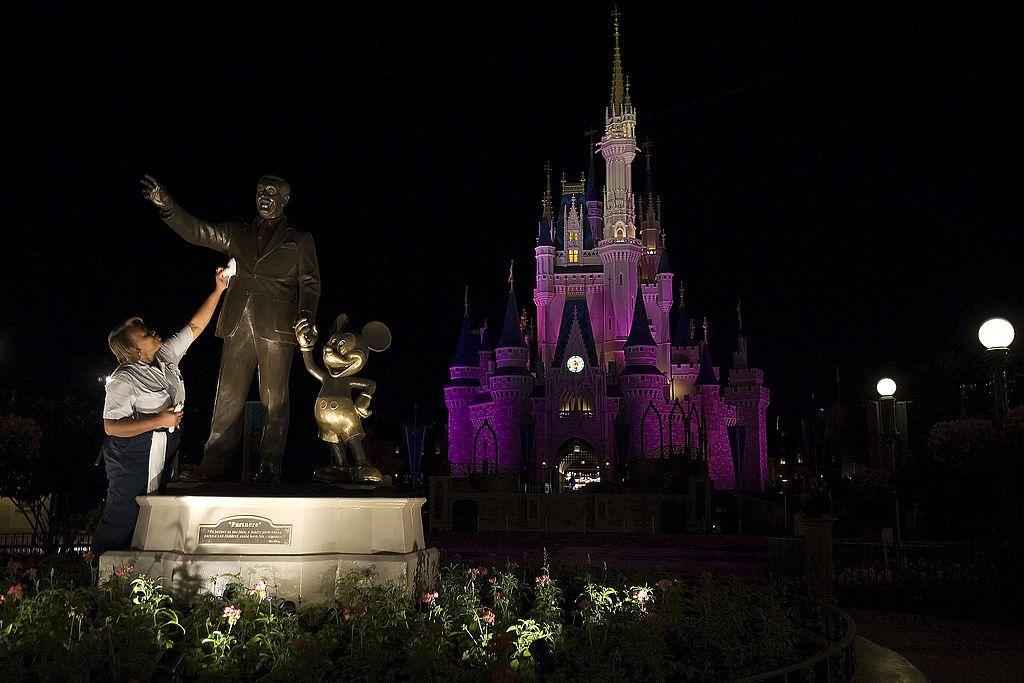 """Castillo de """"Cenicienta"""" en Disney World Orlando se ilumina de azul en honor al personal de salud que lucha contra el coronavirus"""