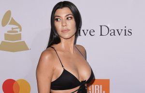 Kourtney Kardashian tomó un descanso recostada y vistiendo un bikini negro diminuto