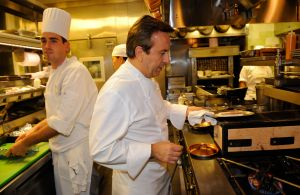 Desde el cierre de sus famosos restaurants en Nueva York, el chef Daniel Boulud cocina gratis para los ancianos de la ciudad
