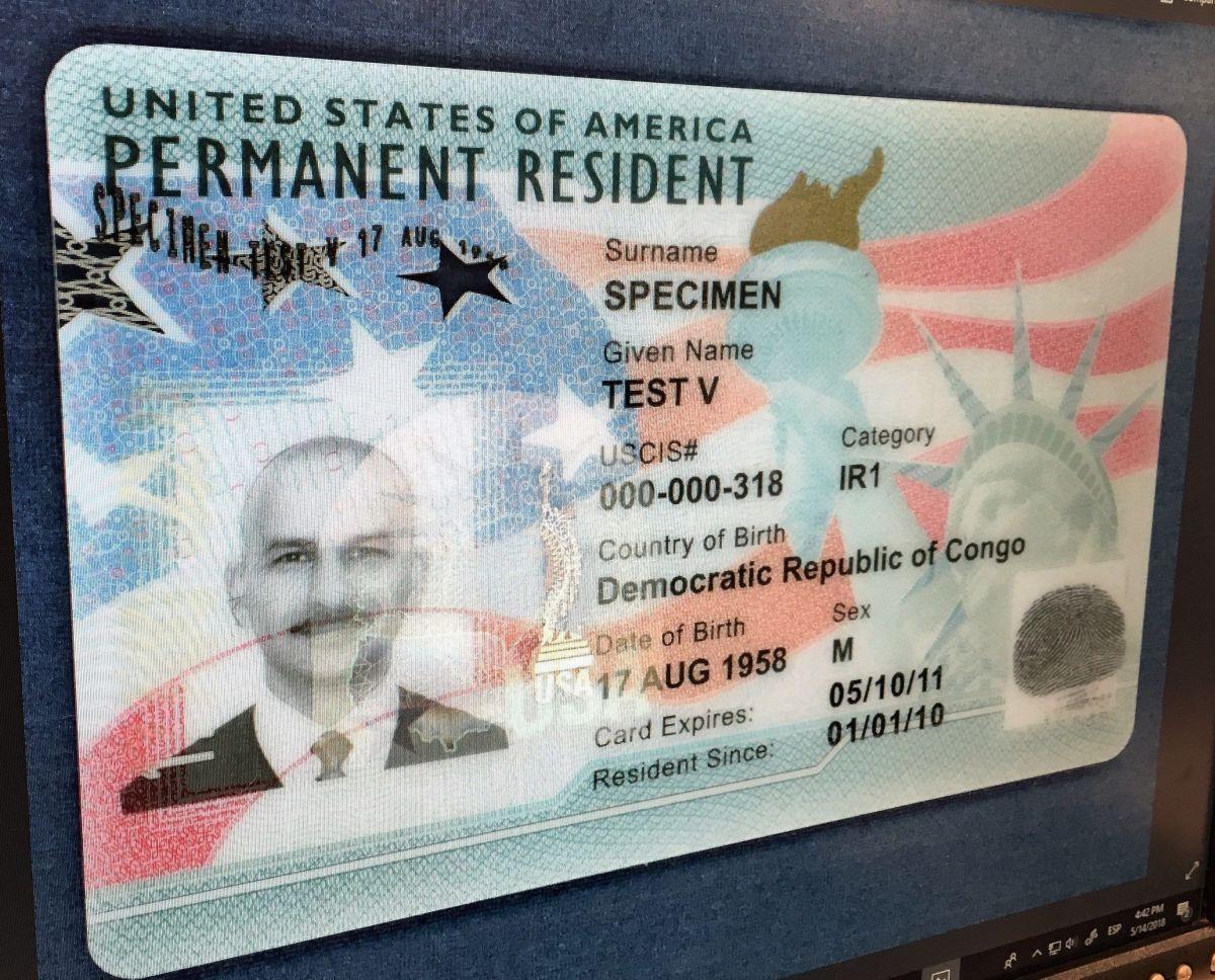 Los inmigrantes con su 'green card' condicional vencida recibirán una extensión de 24 meses.
