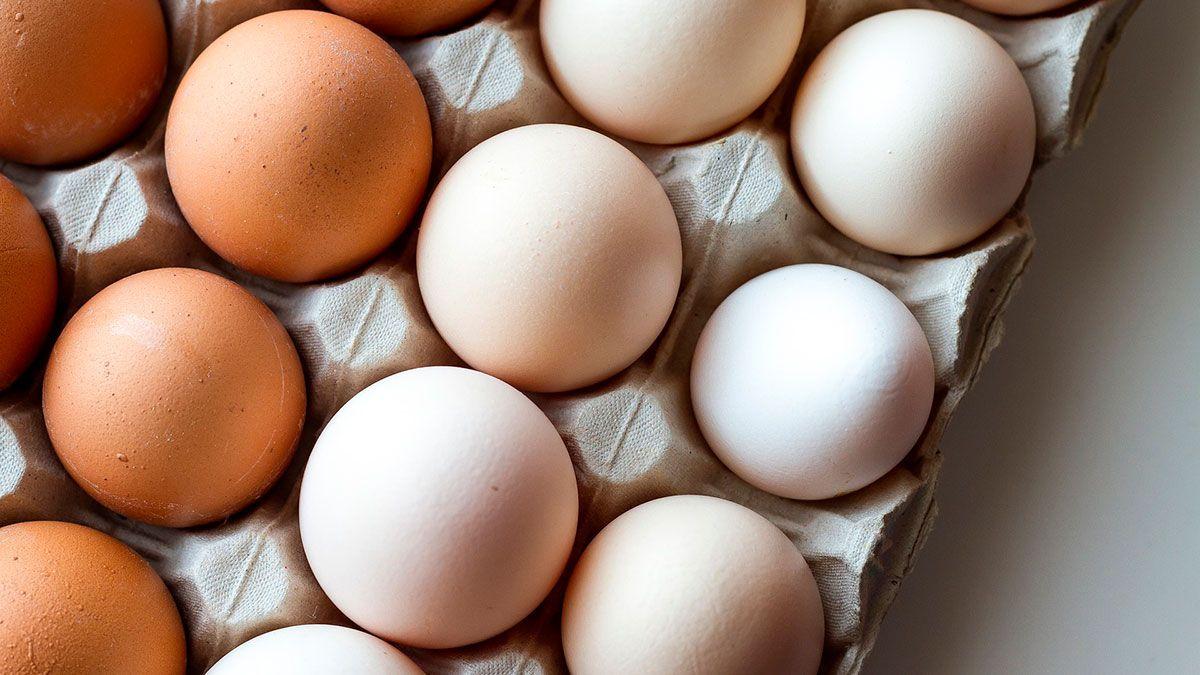 Si encuentro manchas rojas dentro de un huevo, ¿es peligroso comerlo?