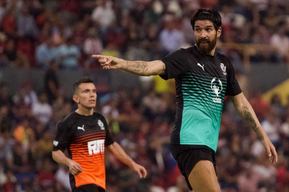 Sebastián Abreu trabaja como analista deportivo, DT y jugador.