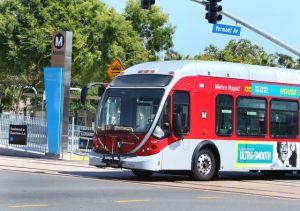 VIDEO: lo buscan por atacar brutalmente a una persona al bajar de un autobús en Los Ángeles